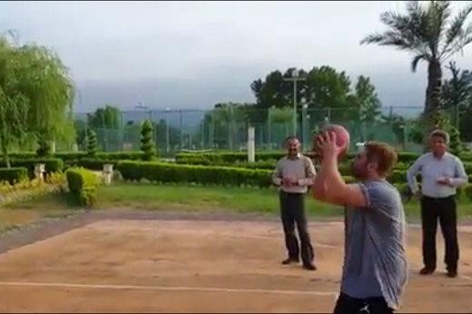 فیلم | نمایش محمدرضا گلزار در زمین بسکتبال