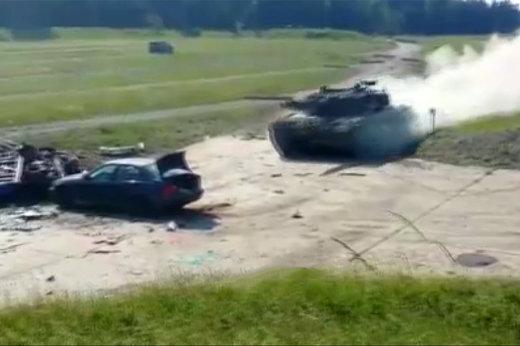فیلم   نمایش له کردن بیامو با تانک آلمانی لئوپارد