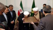تصاویر | هدیهای که تولیت آستان قدس به رئیسجمهور داد