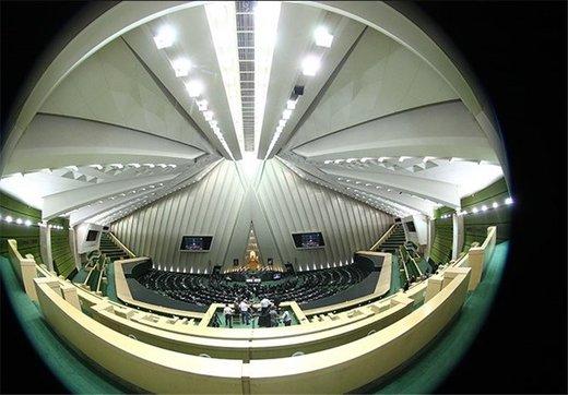 این نماینده مجلس علیه روحانی در صحن مجلس شبنامه توزیع کرد +عکس شبنامه