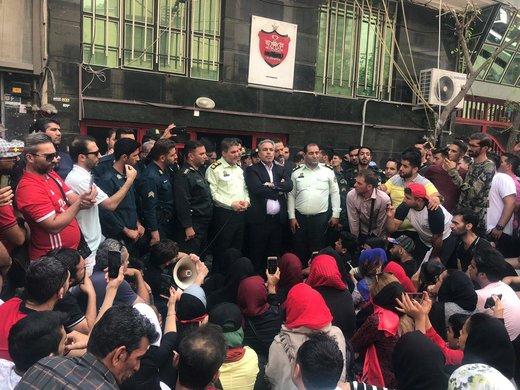 عرب با بادیگارد میان هواداران پرسپولیس رفت/ عکس