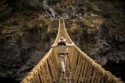 تصاویر | ترمیم پل ۶۰۰ سالهای که با علف بافته میشود!