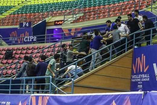 مشت و مال شدید خبرنگاران در سالن والیبال اردبیل/ یگان ویژه وارد شد