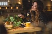 آیا آهسته غذا خوردن میتواند به کاهش وزن کمک کند؟