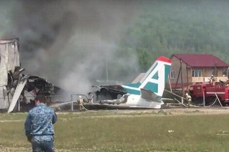 فیلم | لحظه فرود اضطراری و برخورد هواپیما با یک ساختمان در روسیه