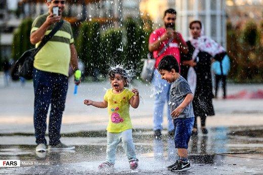 آب بازی کودکان در بوستان آب و آتش