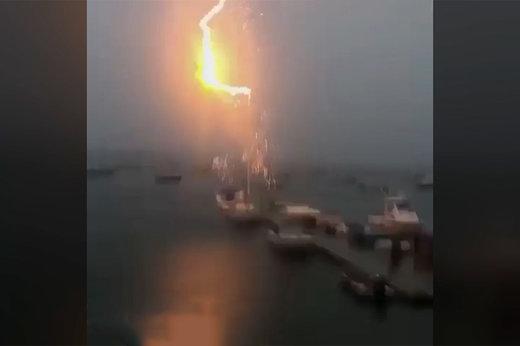 فیلم | لحظهای هولناک از برخورد صاعقه به یک قایق تفریحی!