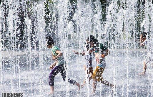 آب بازی کودکان در گرمای 40 درجه تابستان اصفهان