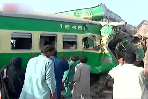 فیلم | تصادف مرگبار ۲ قطار در پاکستان