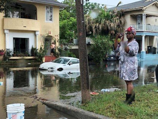 عکاسی یک زن از سیلاب یک خیابان در شهر نیواورلئان ایالت لوئیزیانا آمریکا