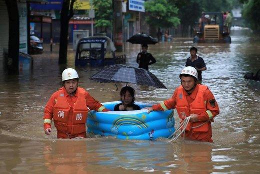 نجات یک زن از میان سیلابها  توسط امدادگران در پینگشیانگ چین