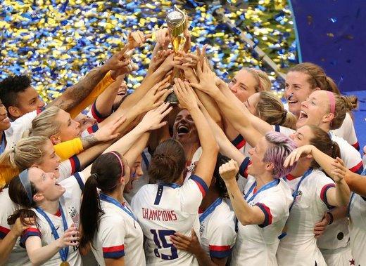 کارلی لوید، بازیکن فوتبال تیم ملی فوتبال زنان ایالات متحده آمریکا، و هم تیمیهایش پس از پیروزی بر تیم هلند در مسابقه نهایی جام جهانی فوتبال زنان در فرانسه