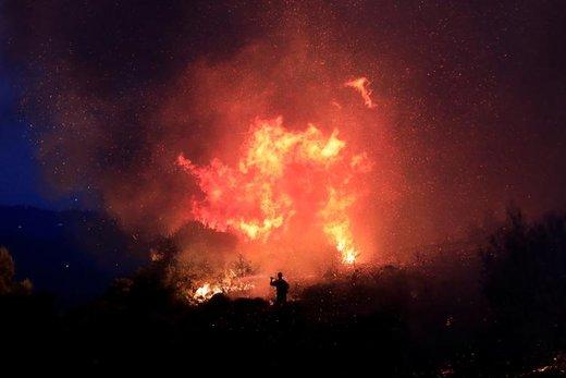 تلاش آتشنشانان برای اطفای حریق در محلی واقع در نزدیکی Gavalas یونان