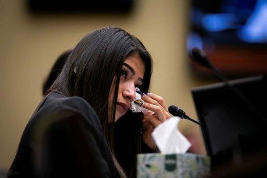 اشک ریختن مادر کودک 19 ماههای که توسط ماموران مرزی آمریکا بازداشت شد و در مرکز نگهداری کودکان مهاجر جان باخت، او شهادت می دهد که کودکان در قفسها نگهداری میشوند و با آنان در مرزهای آمریکا رفتار غیر انسانی میشود