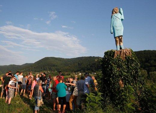 مجسمه چوبی ساخته شده از ملانیا ترامپ در زادگاهش در شهر سونیتسا اسلوونی