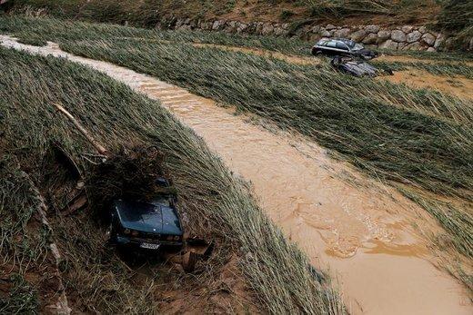 اتومبیلهای حادثه دیده پس از بارش موسمی در ساحل یک رودخانه در Tafalla اسپانیا