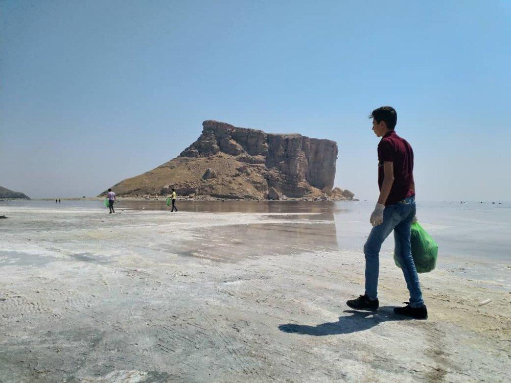 پاکسازی زبالههای کاظمداشی دریاچه ارومیه