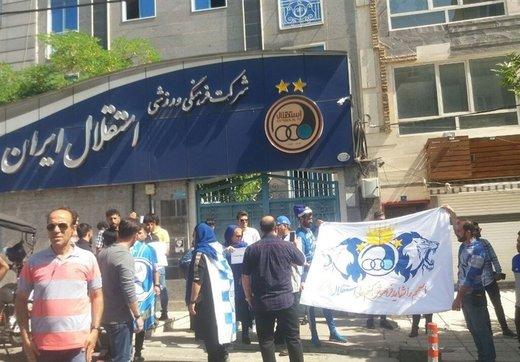 تجمع دوباره هواداران استقلال مقابل باشگاه و شعار علیه فتحی
