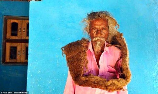 مردی که ۴۰ سال موهایش را نشسته!/ عکس