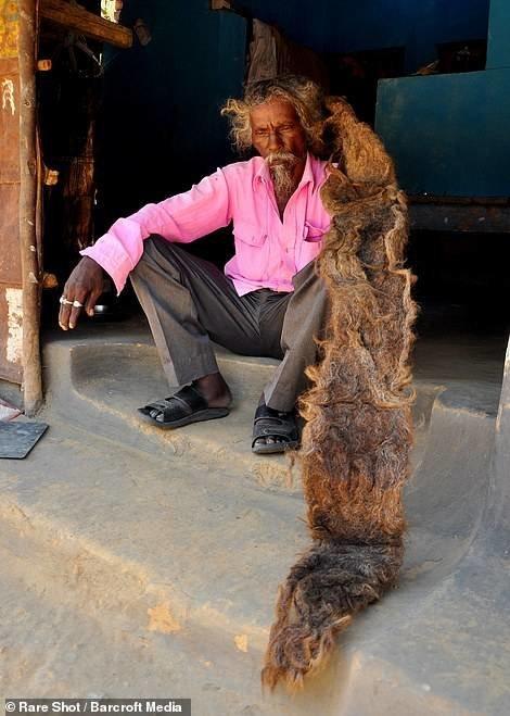 مردی که ۴۰ سال موهایش را نشسته!