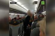 فیلم | اخراج ۲ زن از هواپیما به دلیل توهین به مسلمانان