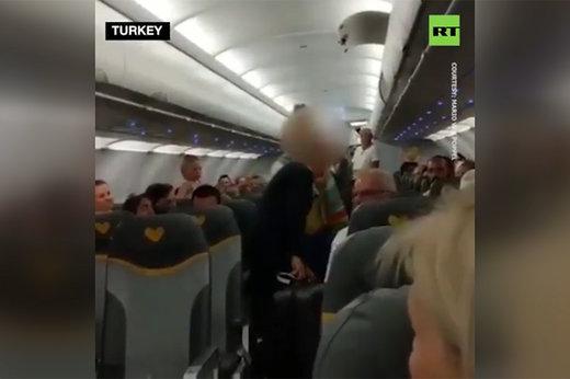 فیلم   اخراج ۲ زن از هواپیما به دلیل توهین به مسلمانان