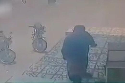 فیلم   برخورد وحشیانه مامور شهرداری آبدان با کودک دستفروش افغانستانی!