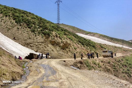برف در دومین ماه تابستان در گردنه عسلکشان در دهستان موگویی استان چهارمحال و بختیاری