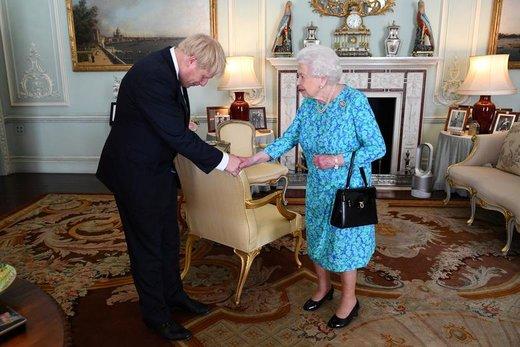 الیزابت دوم، ملکه سلطنتی بریتانیا، در کاخ باکینگهام به بوریس جانسون بعد از انتصابش به سمت نخستوزیری بریتانیا خوشآمد میگوید