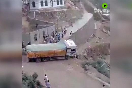 فیلم   لحظه سقوط راننده ناشی به دره با کامیون!