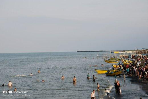 تفریح مسافران تابستانی در مرز دریایی آستارا