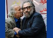 عکس | بچهِ محل مسعود کیمیایی در حال امضای عکس او