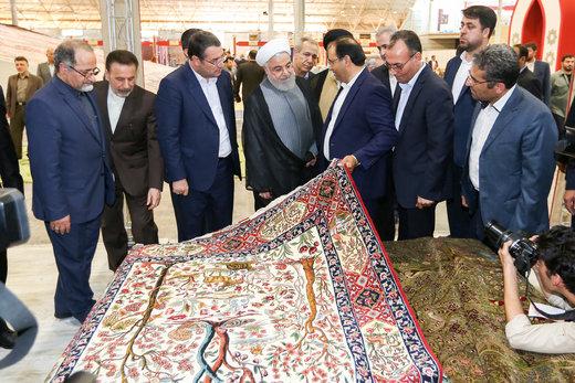 بالصور/ الرئيس الايراني يزيح الستار عن اكبر سجادة يدوية في العالم