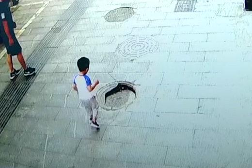فیلم | لحظه سقوط پسر چینی در چاه فاضلاب!