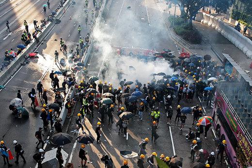 فیلم | تلاش برای خاموشکردن نارنجکهای اشکآور در هنگکنگ