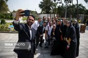 عکس | سلفی وزیر جوان با خبرنگاران در آستانه روز خبرنگار