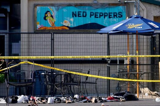 کفشها پس از تیراندازی خونین در شهر دیتون ایالت اوهایو آمریکا دیده میشوند، در این حادثه عامل تیراندازی خواهر خود و 8 نفر دیگر را کشت