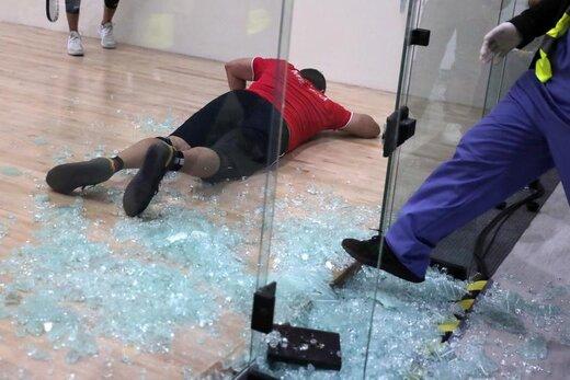 بازیکن حرفهای راکتبال مکزیک که در بازیهای پانامریکن در شهر لیما پرو به مدال طلا دست یافت، پس از شکسته شدن شیشه بر روی زمین افتاده است