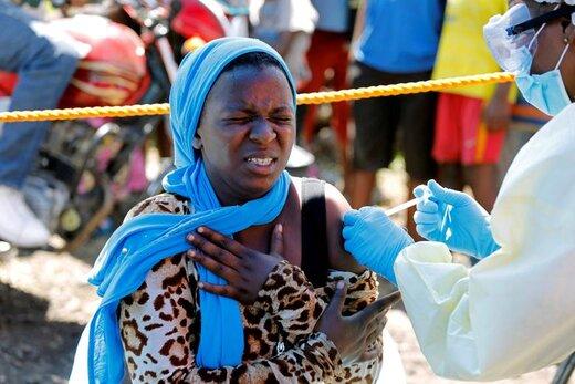 یک زن در زمان تزریق واکسن ابولا در شهر گوما کنگو واکنش نشان میدهد