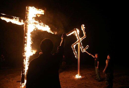 اعضای شبکه شیلدوال در مهمانی در خارج از شهر اتکینز ایالت آرکانزاس آمریکا صلیب آلمان نازی را میسوزانند