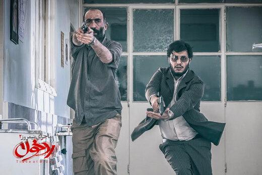 پیراهن خونین جواد عزتی در پوستر «ماجرای نیمروز: رد خون»