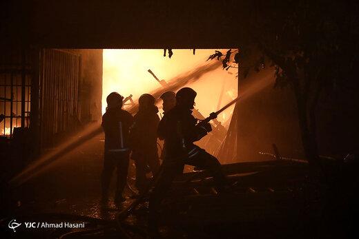 آتشسوزی چند باب مغازه، کارگاه تولید نردبام و انبار چوب در مشهد