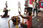 فیلم | مسابقه والیبال علی کریمی و محمدرضا گلزار در باشگاه بدنسازی
