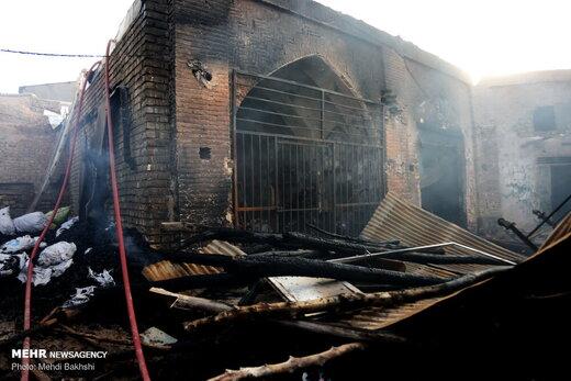 فیلم و عکس | آتشسوزی در بازار ۴۰۰ساله قم