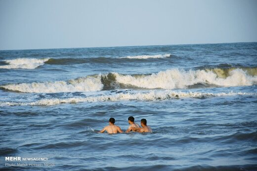 تفریح خطرناک گردشگران در منطقه شنا ممنوع