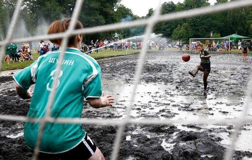 بازی فوتبال زنان در زمین باتلاقی در دهکده Dombrovka بلاروس