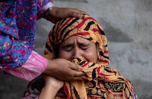 عزاداری مادر یکی از قربانیان درگیریهای کشمیر در خانهاش در  پولواما سرینگر، خویشاوندانش به او تسلیت میگویند