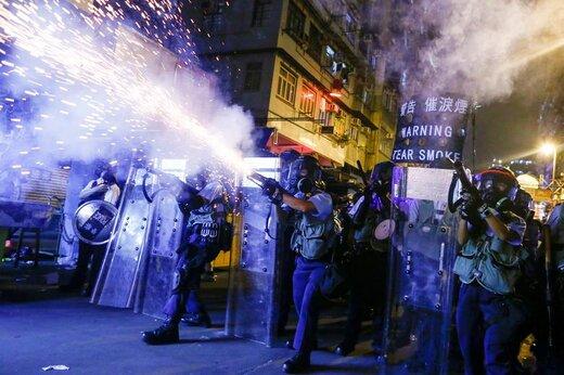 شلیک گاز اشک آور توسط پلیس به سوی تظاهرکنندگان در تظاهرات بر علیه تعلیق لایحه استرداد مجرمان در هنگکنگ