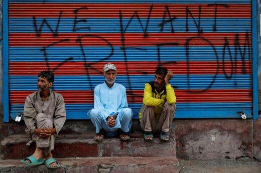 مردان کشمیری قبل از برگزاری نماز عید قربان منتظر هستند، در آستانه فرا رسیدن عید سعید قربان دولت هند اعمال محدویت در بخشهایی از کشمیر را دوباره برقرار کرد