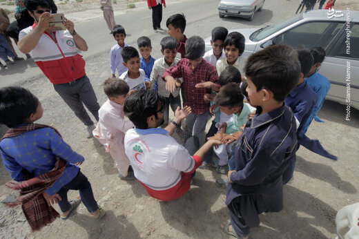 توزیع بستههای غذایی و لوازمالتحریر در مناطق محروم سیستان و بلوچستان
